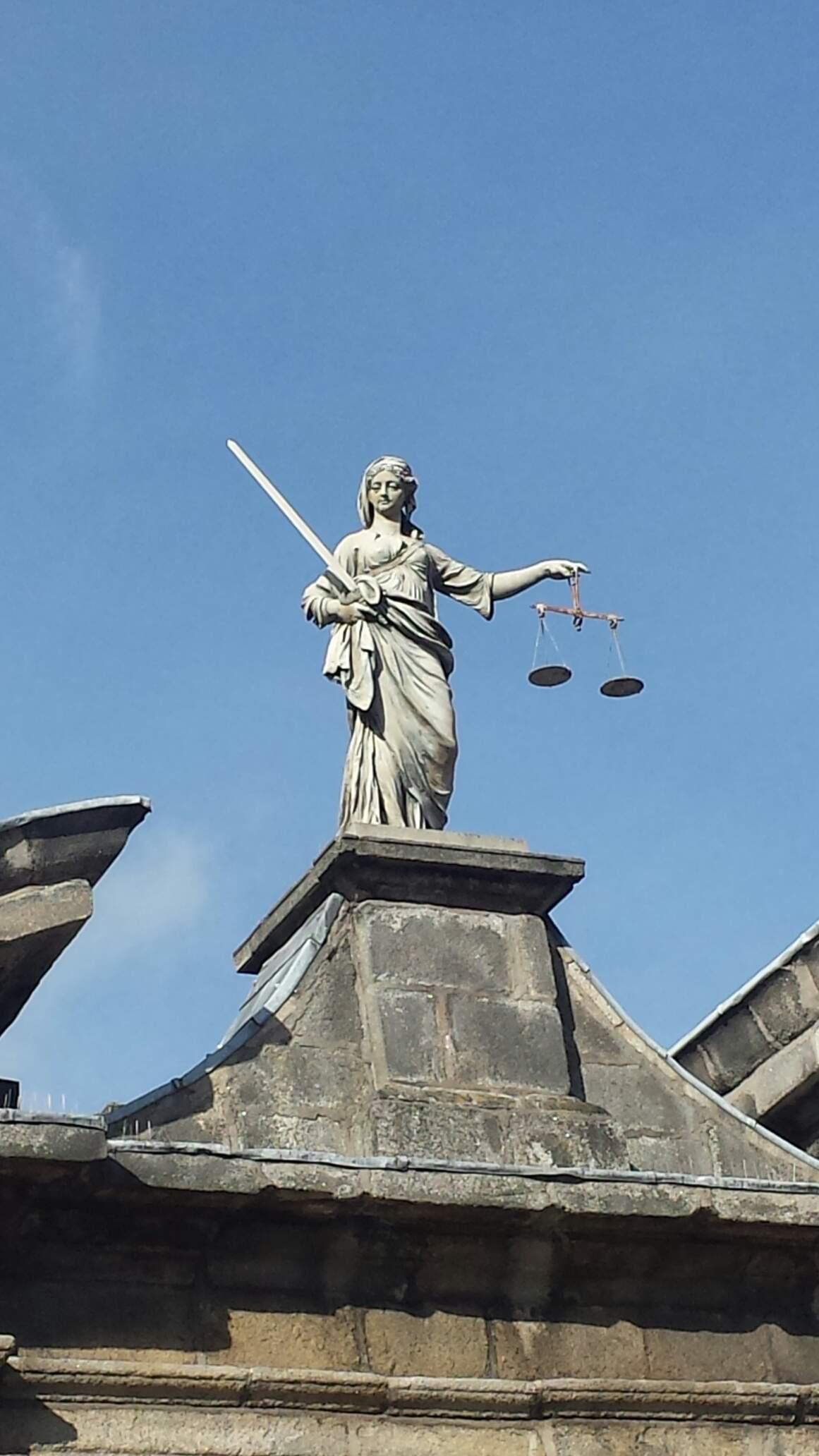 """(Extra) #FunFact """"Lady Justice"""" representa a justiça , mas ela não é cega e sua espada esta pronta para acão !"""