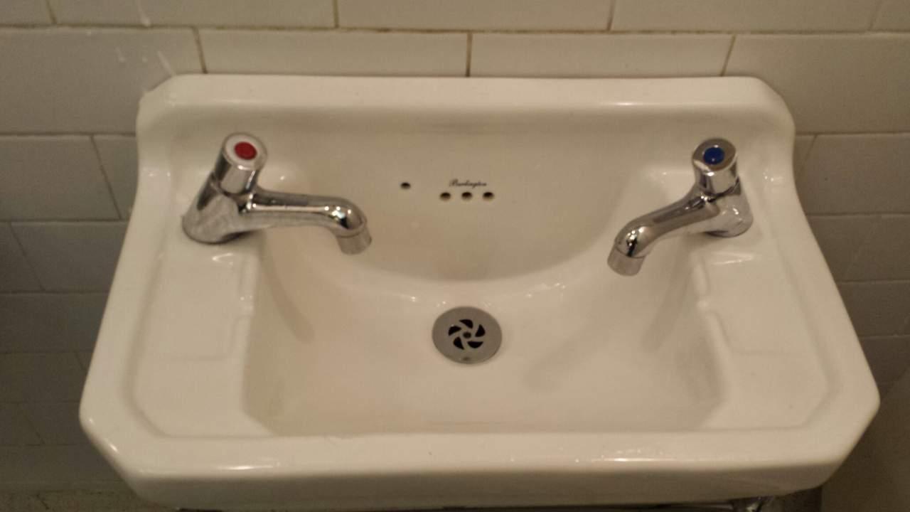 Pias em todos os banheiros que visitei em Dublin