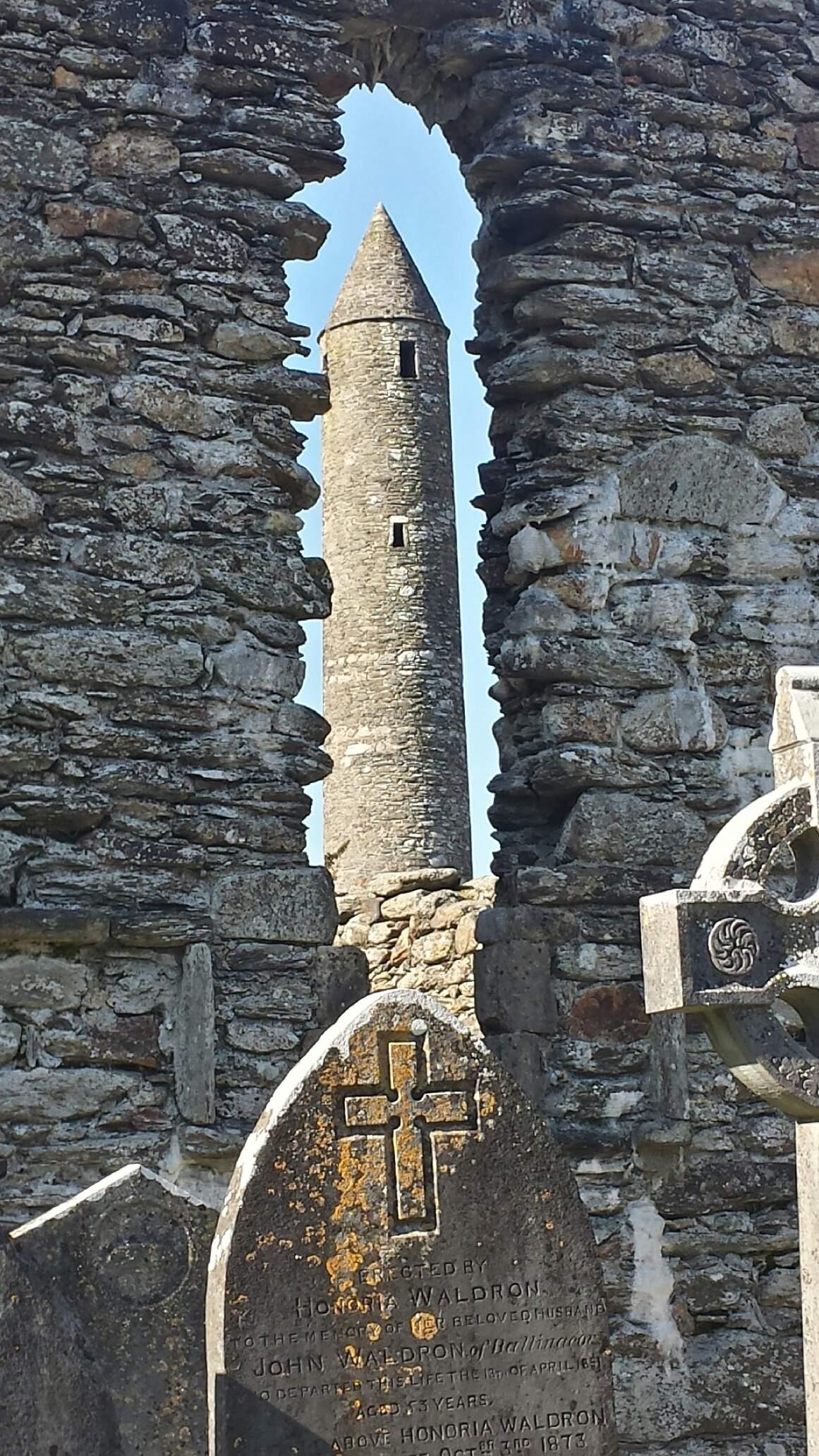 Janela de uma igreja do século XX e no fundo uma torre para proteção da cidade Wicklow