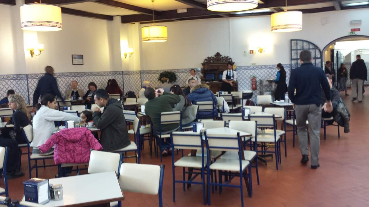 Poucos sabem que não é preciso enfrentar a fila para ser servido, o lugar comporta mais de 500 pessoas sentadas :)