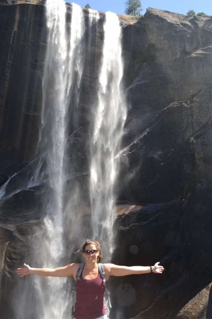 Pela foto, a pedra parece estar distante da cachoeira (Vernal Falls), mas você sai de lá  molhado de tão forte que a queda d'água é.