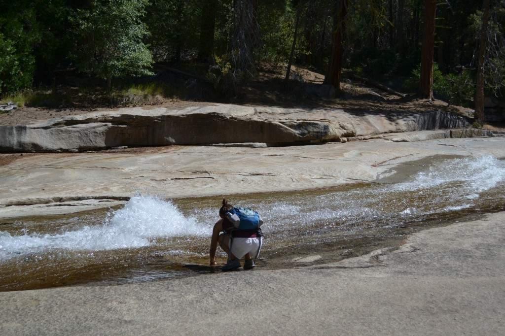Parte da queda d'água da Nevada Falls. No final do verão as cachoeiras já não estão tão cheias, o que possibilita os visitantes de se refrescarem.