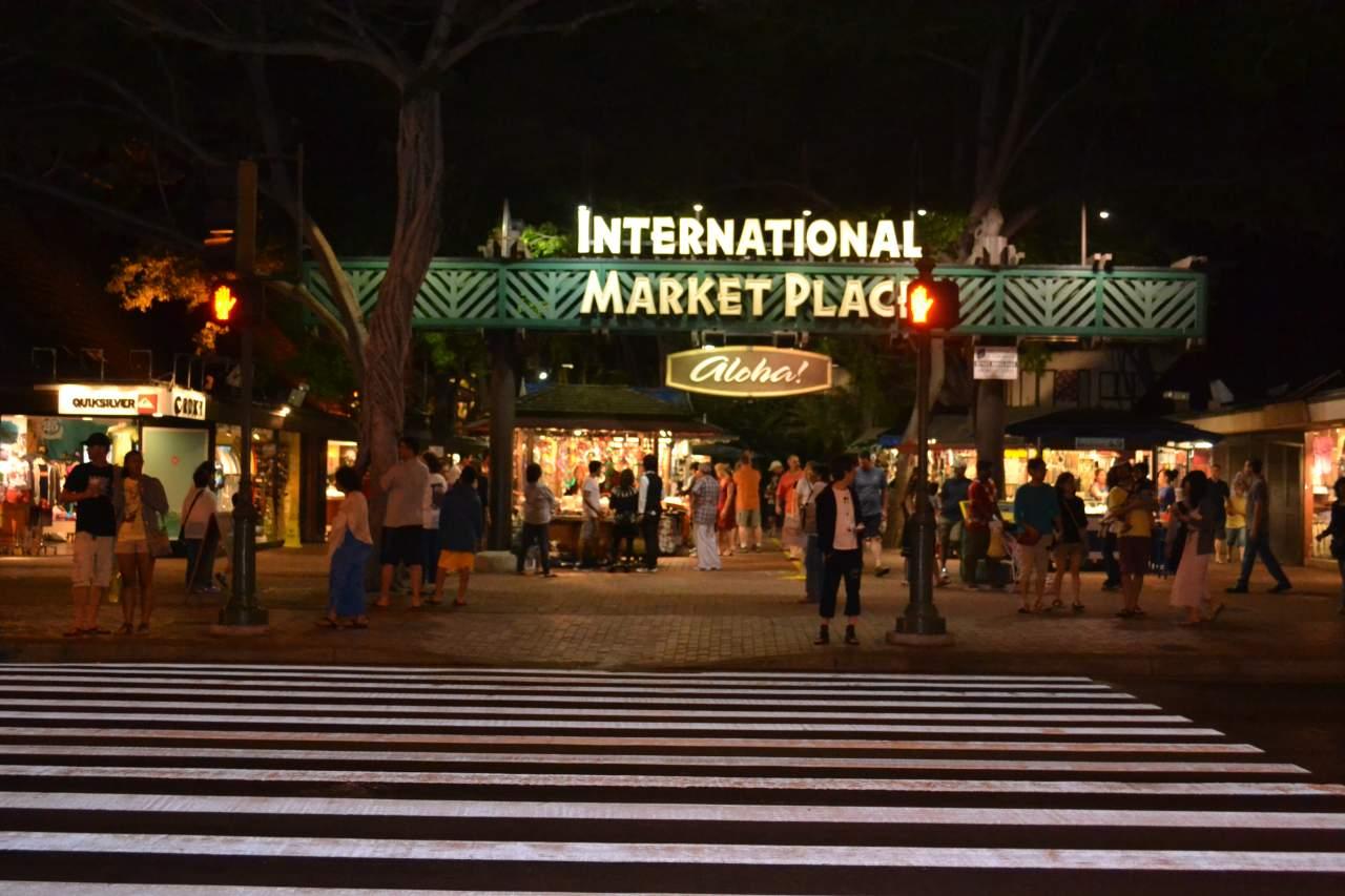 Uma das entradas do Mercado Internacional de Waikiki.