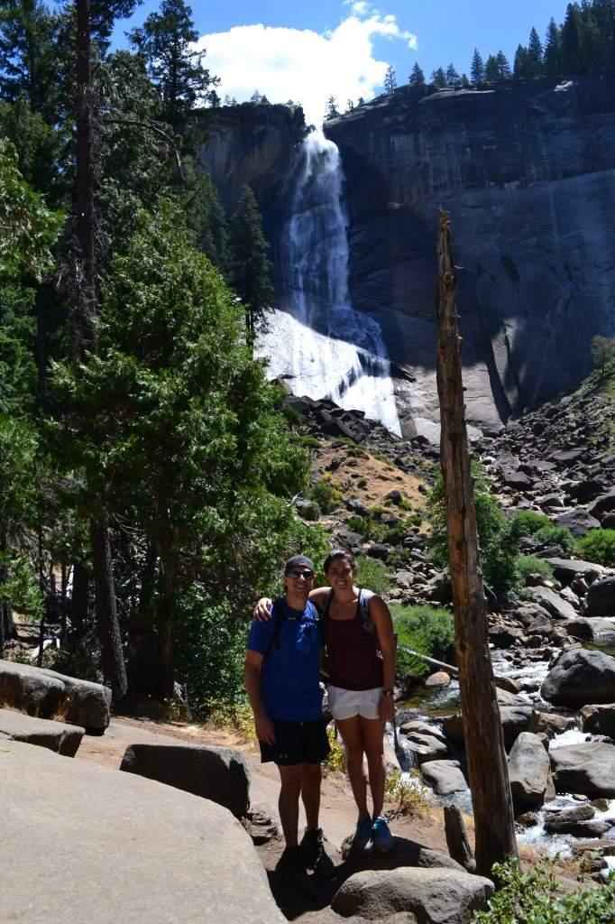 Meu amigo Christian, Eu, e a Nevada Falls ao fundo. Pra mim, uma das vistas mais bonitas da trilha.