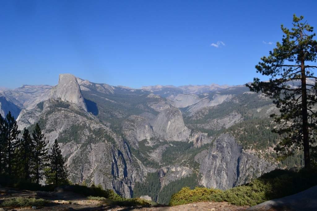 Vale do Yosemite visto do mirante Glacier Point. À esquerda está o Half Dome, uma daas principais atrações para os amantes da escalada. À direita estão as principais cachoeiras de Yosemite, Vernal and Nevada Falls.