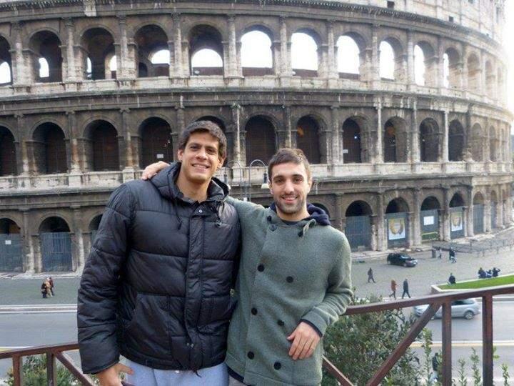 Juan em frente ao coliseu Roma Italia