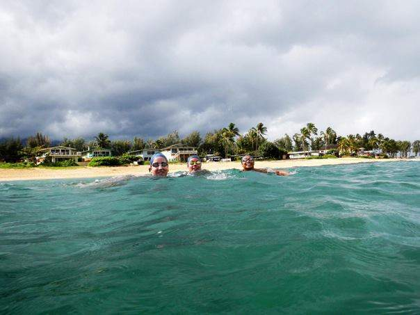 Meninas tirando uma fot no mar após o treino que tivemos.