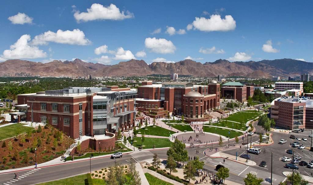 Universidade de Nevada, Reno vista de cima. Aproximadamente 20,000 estudantes frequentam a universidade. Não é uma escola pequena, mas também não é considerada uma faculdade grande.