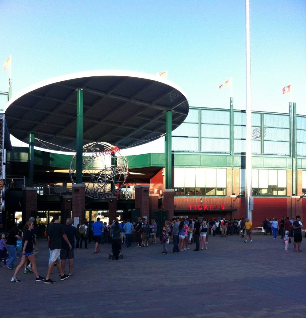 Fachada do Aces Ballpark em Reno, Nevada, um pouco antes do jogo começar.