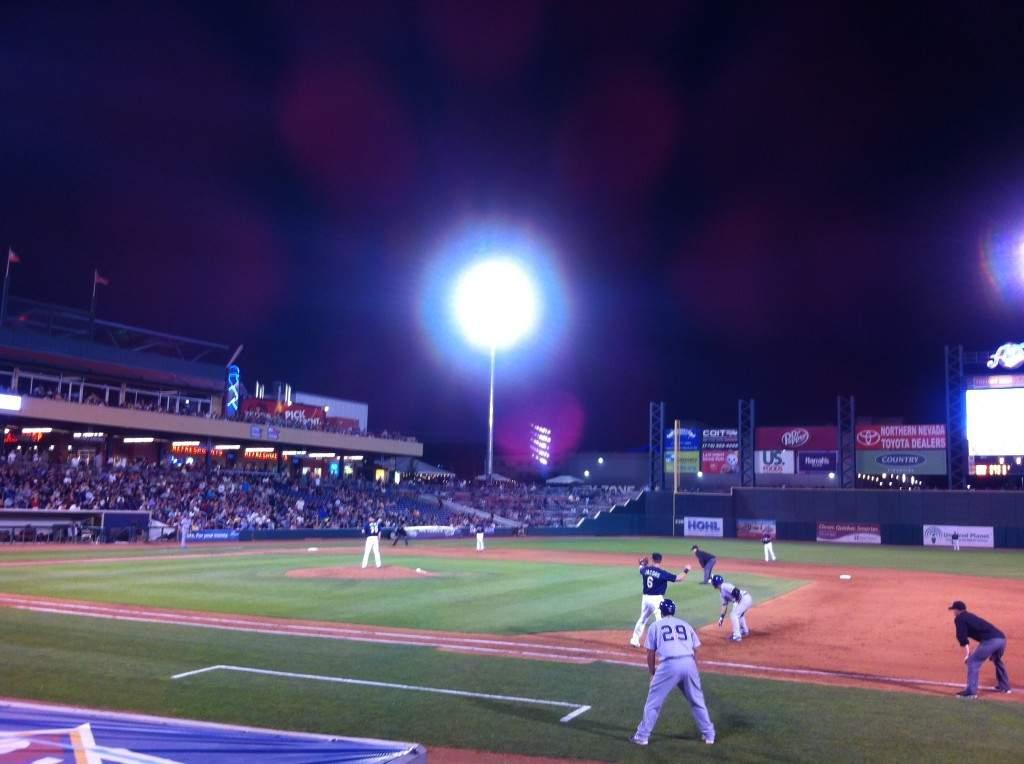 Visão do campo do ponto de vista da primeira base. E o medo de ser acertada por uma bola?!