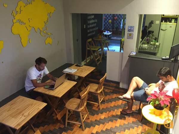 Recepção e cozinha do Mojito Hostel, Ipanema
