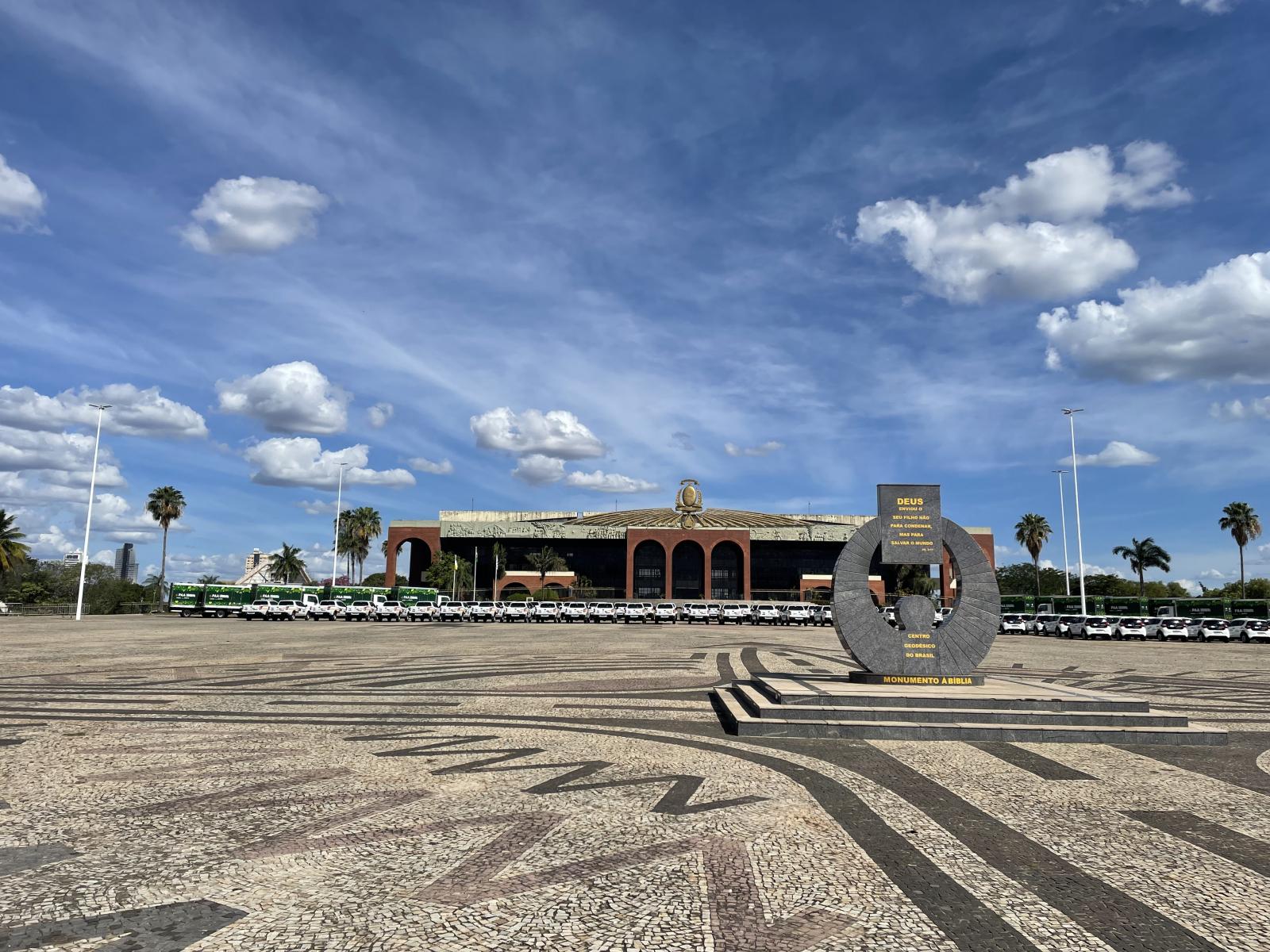 Palácio-Araguaia-e-a-Praça-dos-Girassóis-em-frente