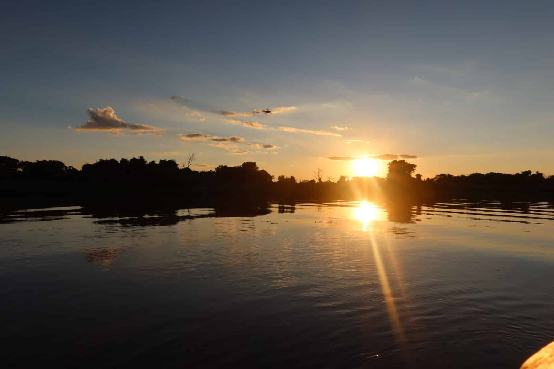 Pôr do sol a bordo de um barco no rio Paraguai