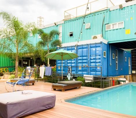A piscina e área externa
