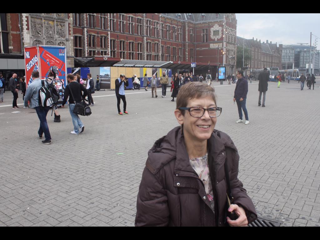 A Viajante Mãe carimbou o passaporte em Amsterdam, onde ela achou todas as ruas idênticas, e que eu estava a enganando quNdo virávamos uma esquina!