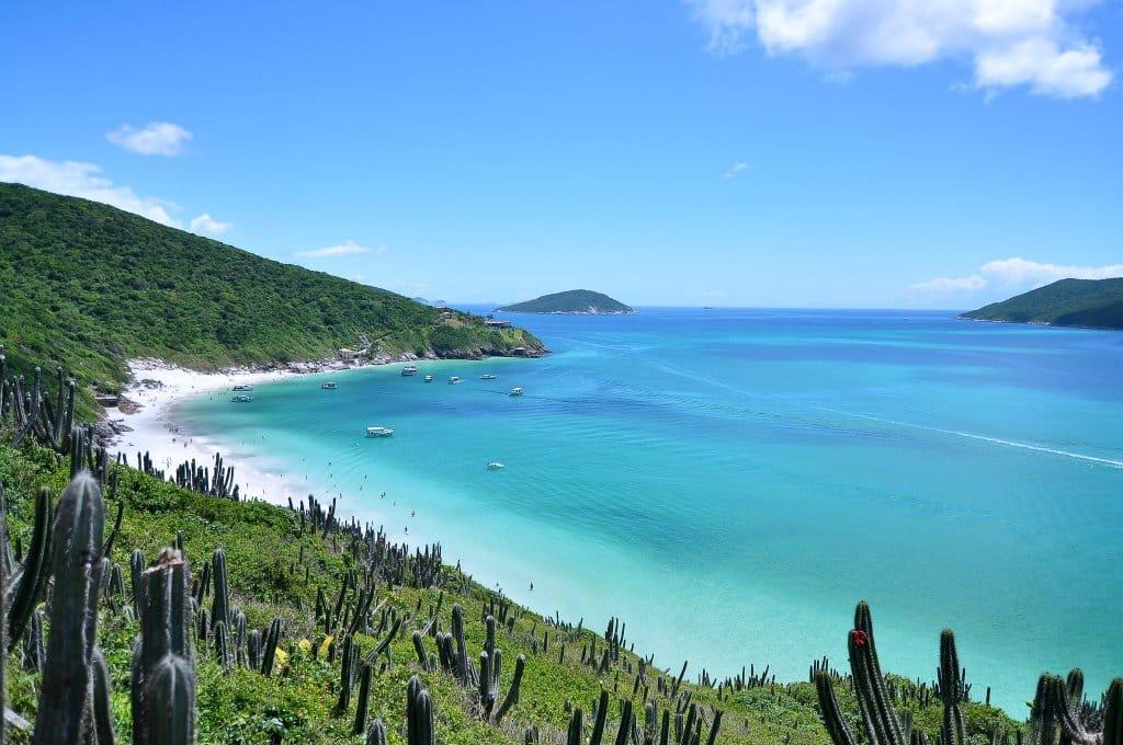 Curtir praias de mar cristalino é uma dica de o que fazer em Arraial do Cabo