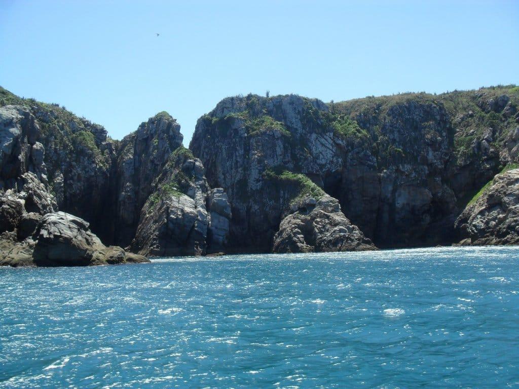Passeio de barco é opção de o que fazer em Arraial do Cabo
