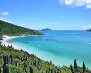 Curtir praias de mar cristalino está entre as opções de o que fazer em Arraial do Cabo