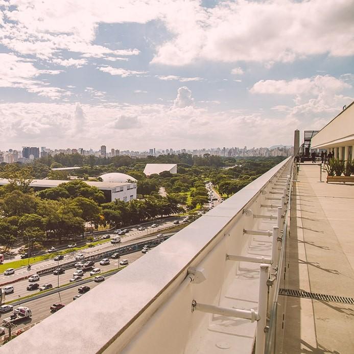 O MAC São Paulo conta com acervo de arte, restaurante, café e terraço com vista para o Parque Ibirapuera