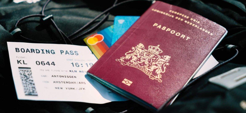 cartão e passaporte ytcount-LVA3S6isNYQ-unsplash