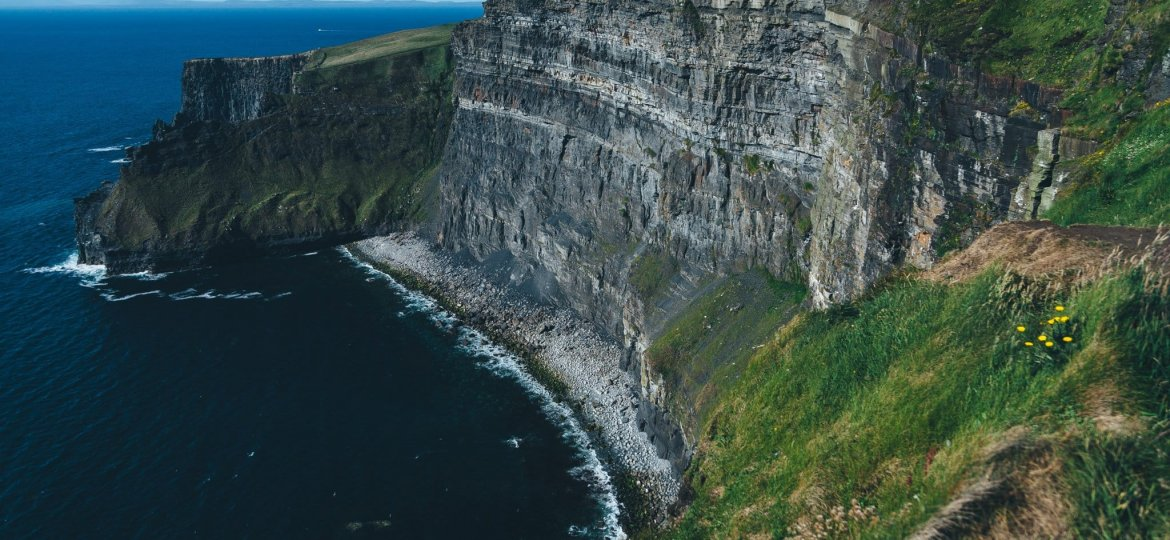 cliffs of moher in irlanda jesse-gardner-KApscoF_jkY-unsplash