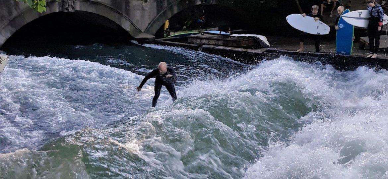 Foi visitando um parque em Munique, normalmente usado pelos locais aos fins de semana, que descobri que as pessoas surfam na correnteza do rio